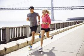 Mann und Frau laufen